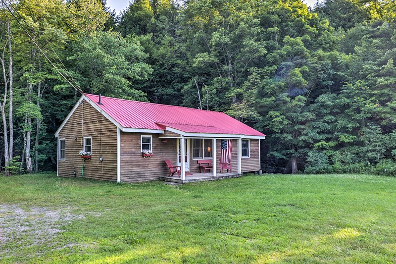 Pet-Friendly Escape w/ Deck, 8 Miles to Mount Snow, holiday rental in Chesterfield