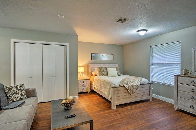 Remodeled Midtown Studio - 1 Block to Tulsa Expo!, vacation rental in Jenks