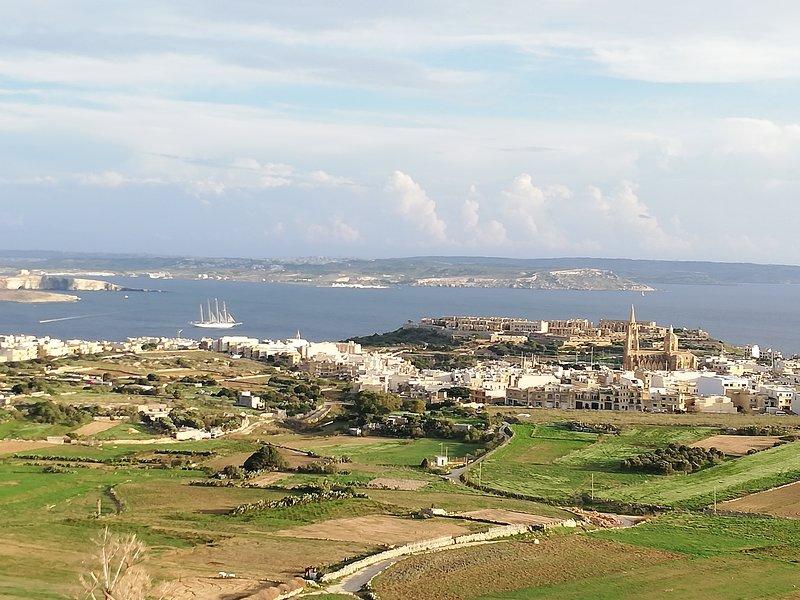 Ghajnsielem con Fort Chambray (derecha). Detrás del Mediterráneo con Comino (izquierda) y Malta.
