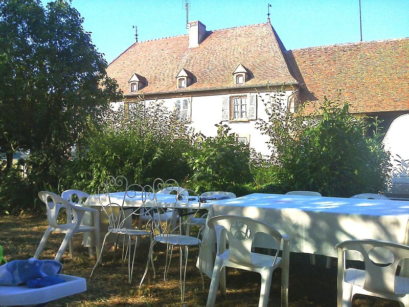 Spacious house with garden, holiday rental in Saint-Igny-de-Vers