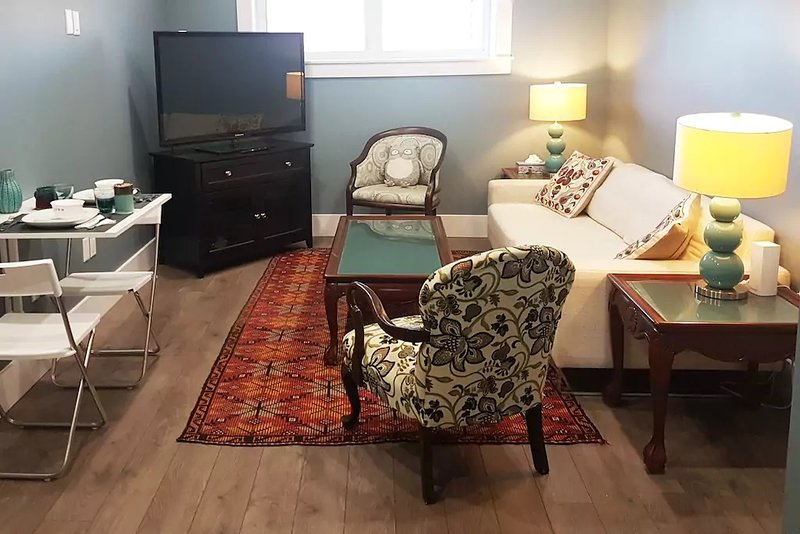 Long Lake Getaway: Modern, Quiet, Accessible Suite no Stairs/Steps, holiday rental in Wellington