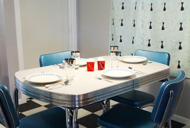 Profitez d'un petit-déjeuner ou d'un dîner animé dans cet ensemble dinette vintage en chrome.