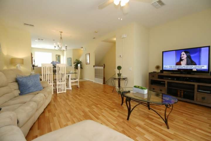 Comfortable Living Area w/Cable TV and Free Wi-Fi in Orlando, Florida