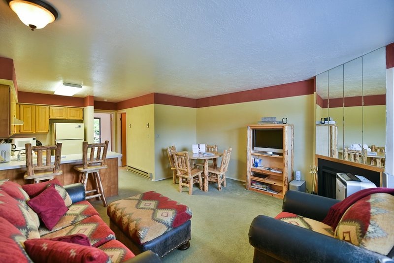 1 BR Vacation Condo near Pineview, Powder Mountain, Snowbasin & Nordic Valley Sk Chalet in Snowbasin