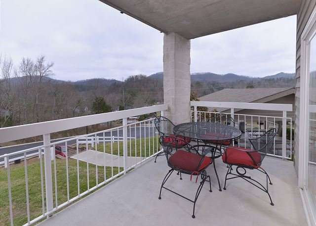 Balcón privado mirando hacia los bosques y montañas.