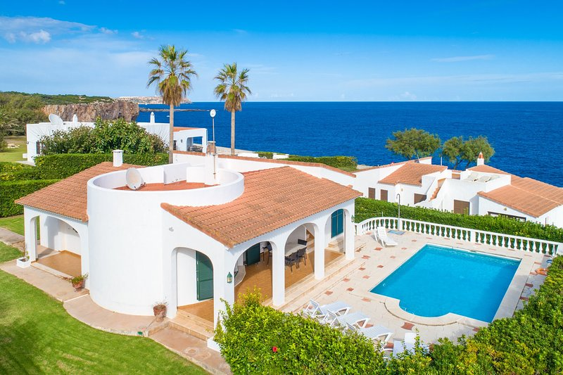 Villa Caprice: Large Private Pool, Walk to Beach, Sea Views, WiFi, vacation rental in Cala Llonga