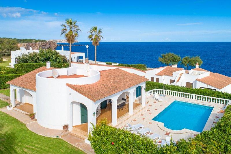 Villa Caprice: Large Private Pool, Walk to Beach, Sea Views, WiFi, location de vacances à Cala Llonga