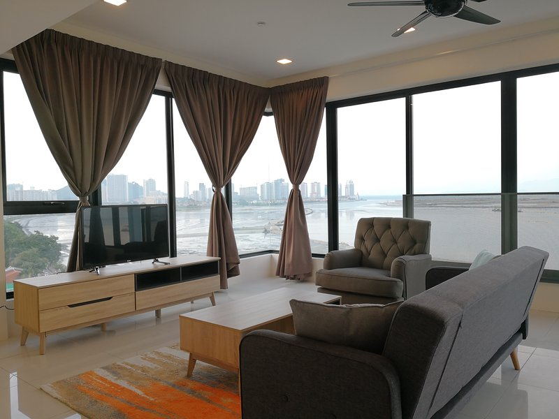 3BR Seafront Suite - Sunrise Gurney, holiday rental in George Town