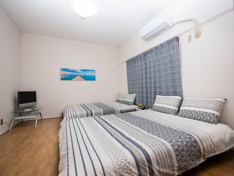 Chambre 1 avec TV: 2 lits doubles, peut accueillir jusqu'à 4 personnes