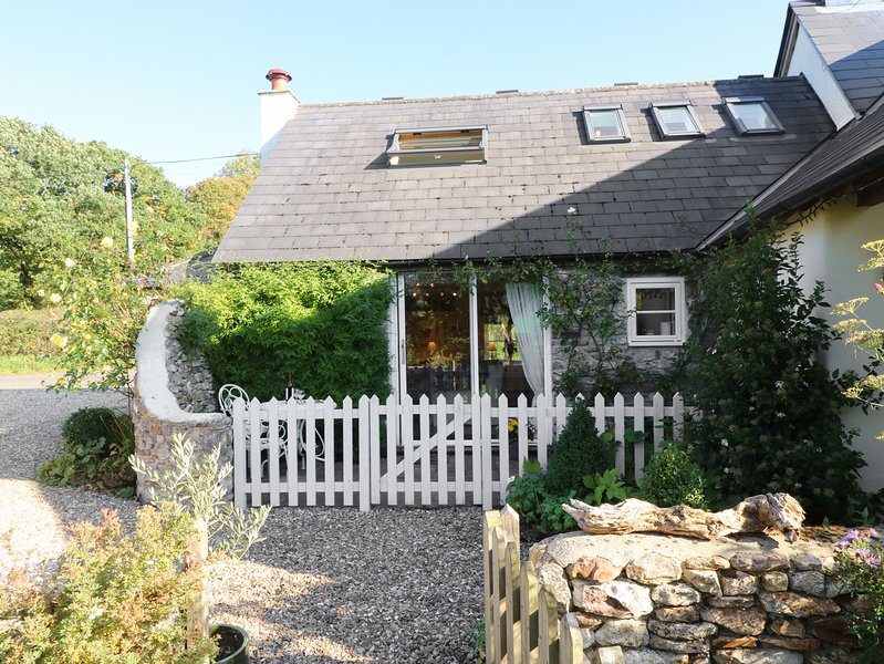 ROSE COTTAGE, skylight windows, near Honiton, holiday rental in Honiton