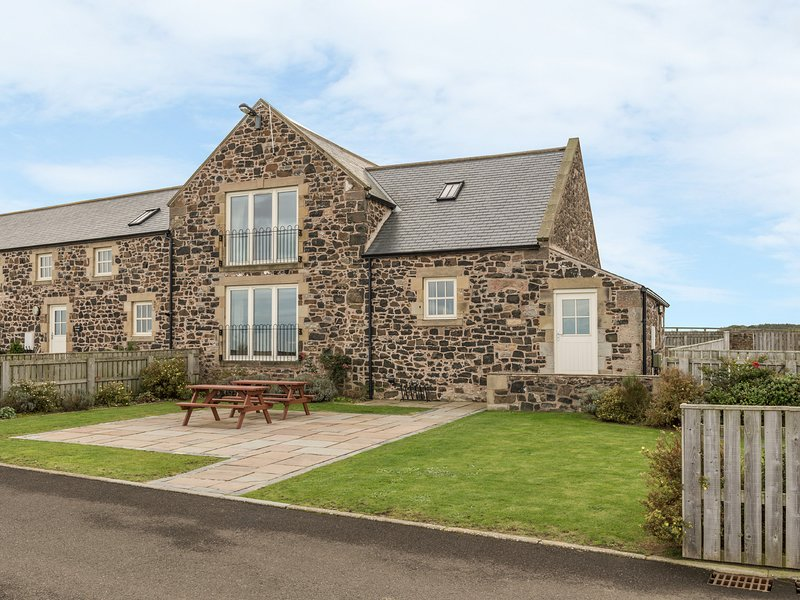 GRANARY STONE HOUSE, luxury barn conversion, en-suite, snooker table, in, vacation rental in Craster