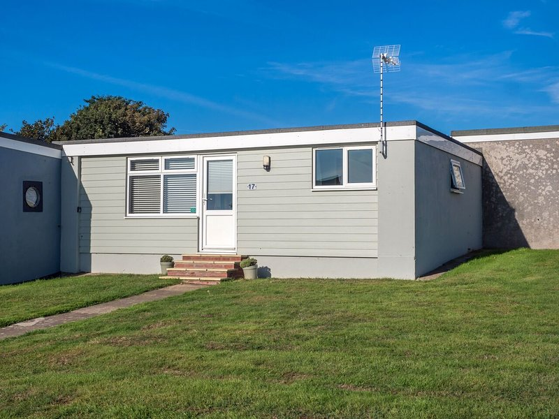 Willows Wisp chalet, quiet location,  great views, metres from the beach, Ferienwohnung in Henstead