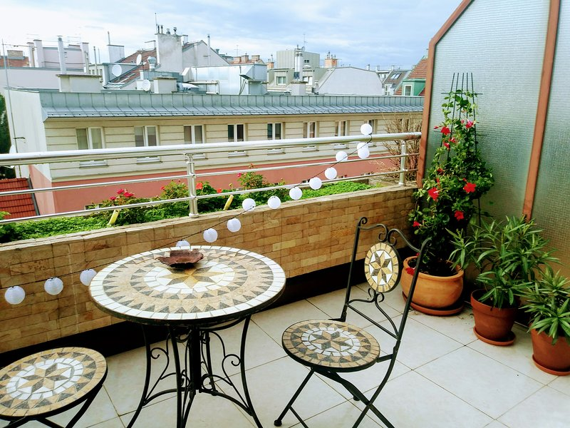 Central Provence 50s Design Penthouse with balcony and ceiling windows, casa vacanza a Schwechat