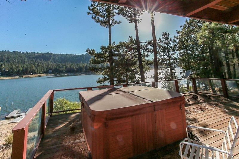 Fishermans Paradise Ultimate Lakefront Chalet / Hot Tub / Pool Table / Boat Dock, alquiler de vacaciones en Big Bear Region