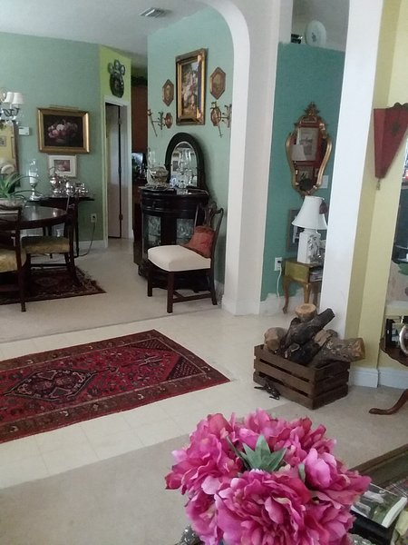 CoZy English Home  long and  short term stays (2bedrooms 1 bath avaliable), alquiler vacacional en Palm Bay