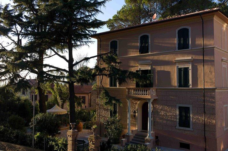 Schönes Appartement in historischer Villa Mitte Garten und Parkplatz, casa vacanza a Massa Marittima