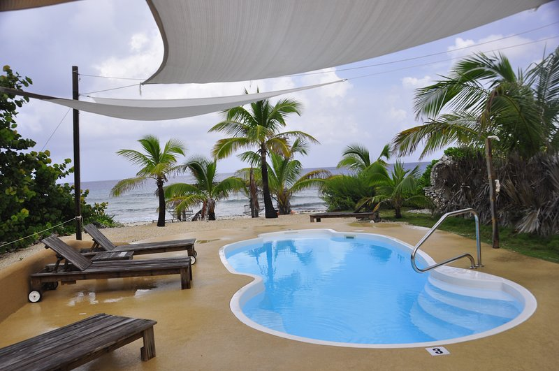 Secluded Sunsets waterfront w/pool- 1 Bdrm 1rst Fl, alquiler vacacional en South Town
