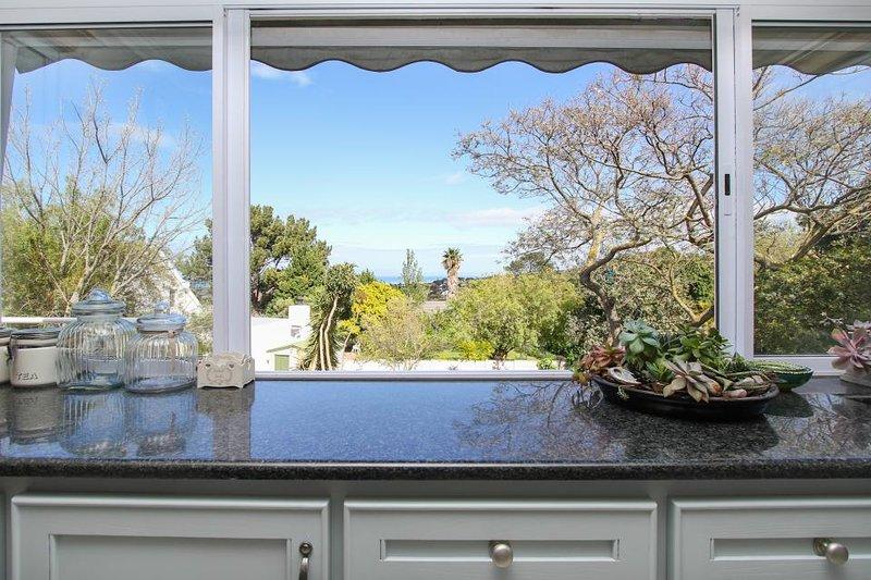 Elegant home w/ beautiful views, private pool, & yard - close to parks & beach, alquiler de vacaciones en Somerset West