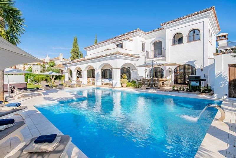 Elviria Luxury 6 bedrooms Villa (ask for Covid discount), casa vacanza a Elviria