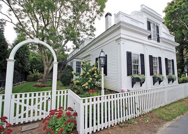 Beautiful Five Bedroom House In-town Edgartown, holiday rental in Edgartown
