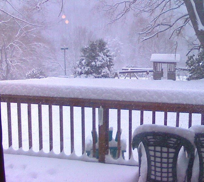 Zit binnen bij de open haard en laat het sneeuwen, laat het sneeuwen, laat het sneeuwen!