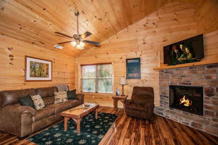 Sièges confortables dans le salon principal avec télévision à écran plat et cheminée saisonnière
