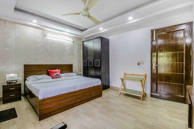 Habitación con cama doble y baño adjunto.