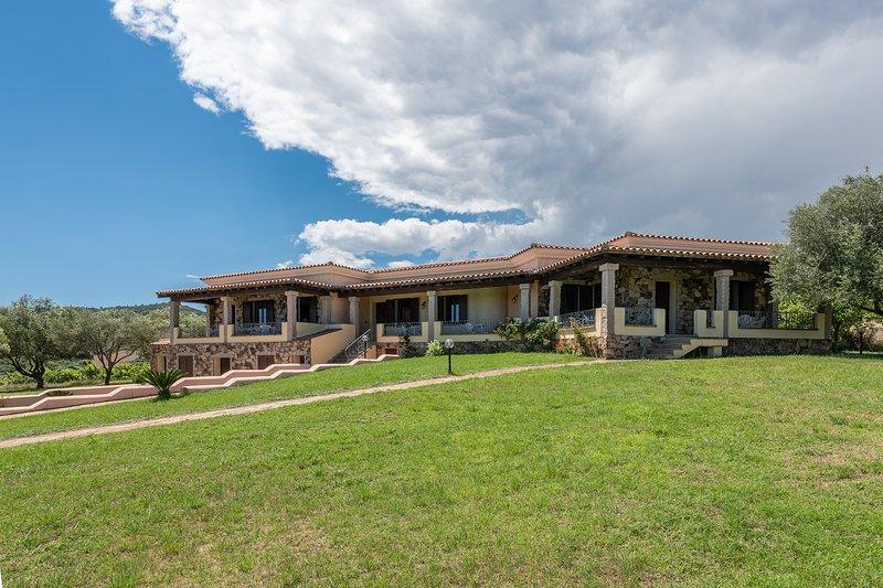 CASA POMPIA 2: casa vacanze trilocale immersa nel verde, 6 persone, holiday rental in Iscra E Voes