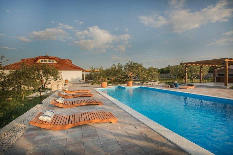 Villa Red Hacienda with Pool, holiday rental in Tribunj