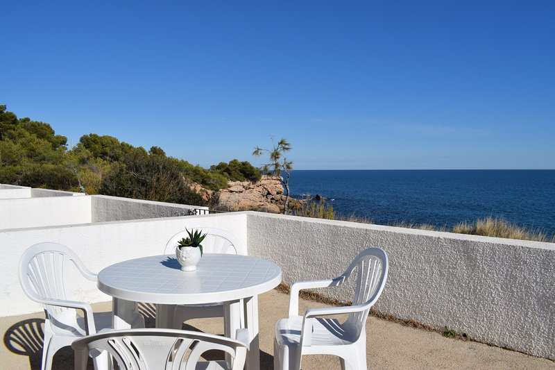 Bungalow Sol Naixent frente al mar 2/4 pax, holiday rental in L'Ametlla de Mar