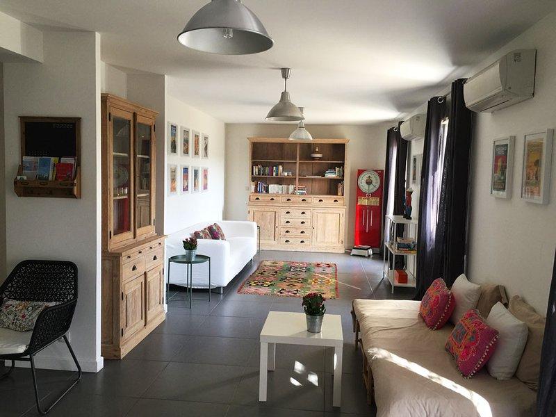 très agréable salon avec deux portes sur la terrasse et le jardin, un canapé lit 2 p et un lit 1 p