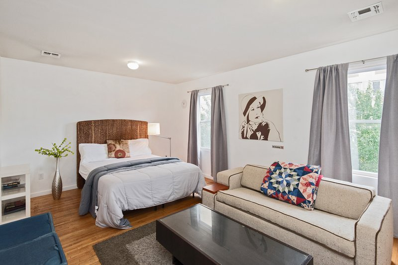Executive Queen Suite with Private Bathroom + Kitchen Access Just Steps from NYC, aluguéis de temporada em Jersey City