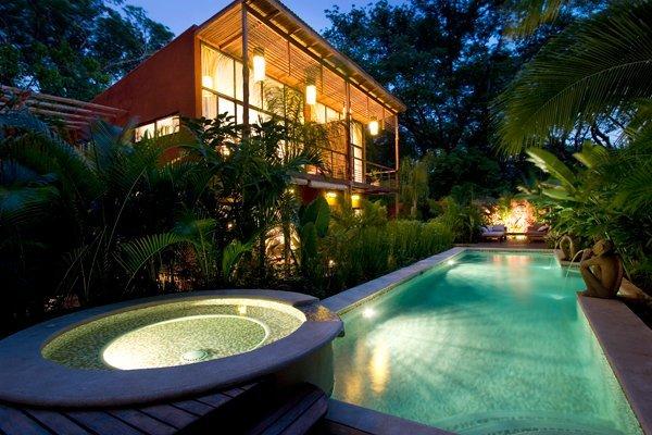 Atardecer con vistas a la piscina y spa