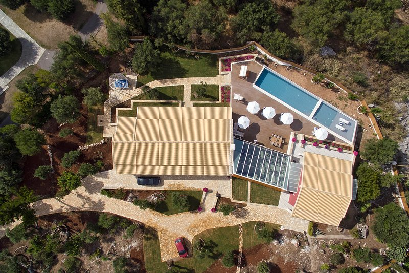 Luxury Villa Aphrodite, vacation rental in Peroulion