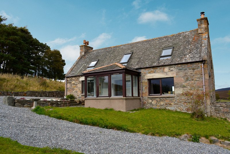 Casfuar Cottage NOW WITH 6 PERSON HOT TUB!, holiday rental in Tomintoul