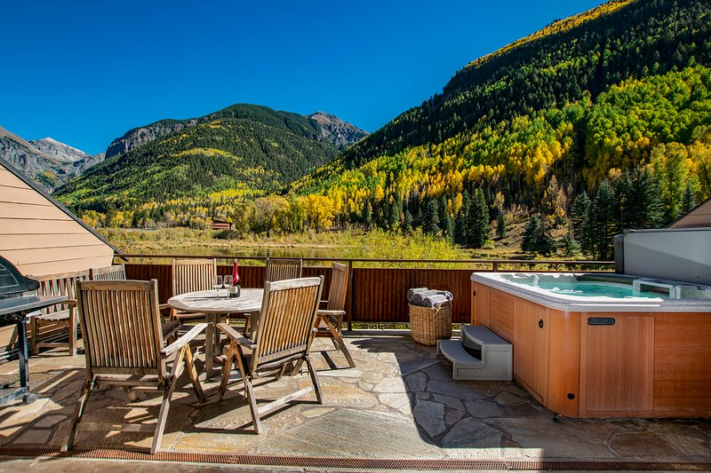 Outdoor Patio with Hot Tub, Gas BBQ and Incredible Views!