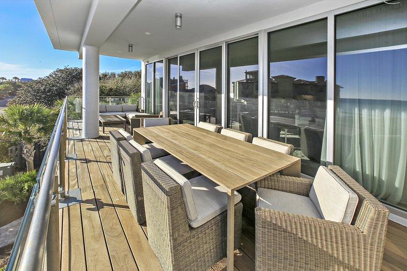 Grande table à manger et terrasse sur un immense balcon