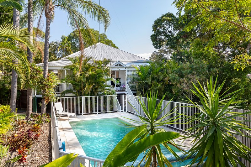 The Queenslander, Noosa Heads | Paradise amongst the palms for 1 family or 2!, vacation rental in Tewantin