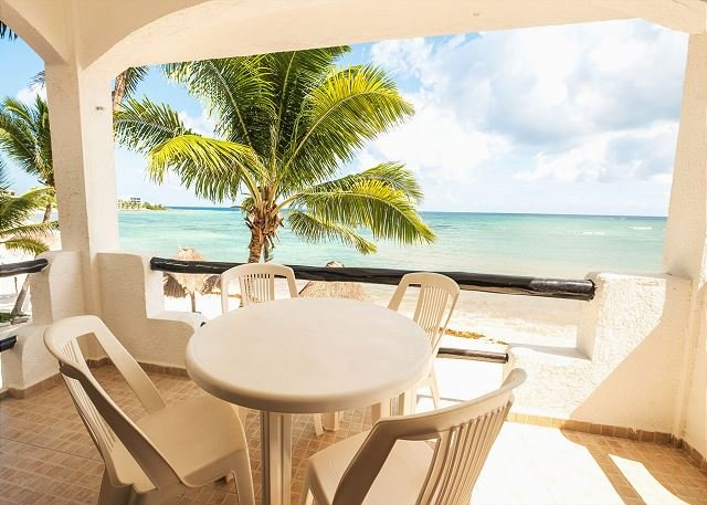 Charming condo right on the beach - Great Snorkeling, AC, Wifi, aluguéis de temporada em Akumal