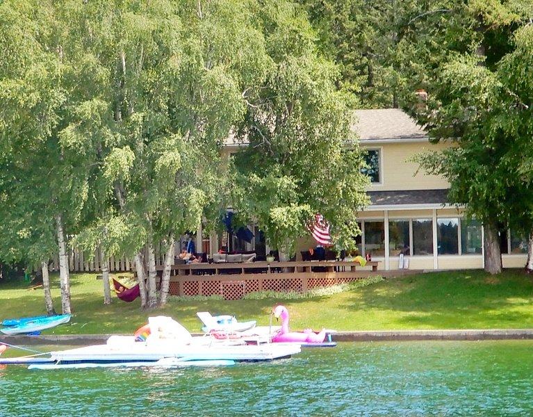 Vista da casa e doca do lago