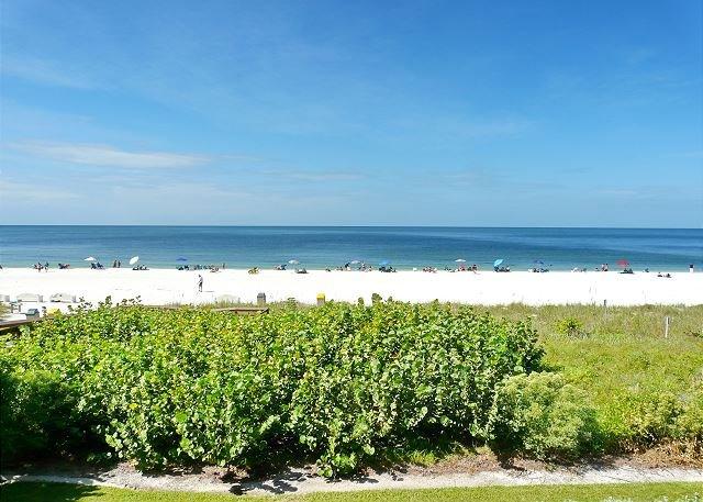 Unmatched beachfront condo w/ extra-spacious balcony & heated pool, location de vacances à Goodland