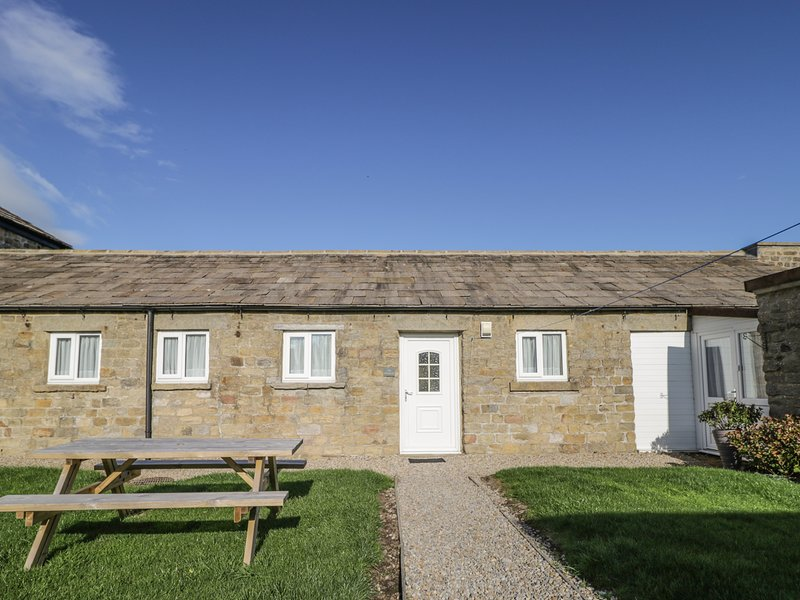 THE STABLES, barn conversion, two double bedrooms, pet-friendly, private patio, Ferienwohnung in Newton le Willows