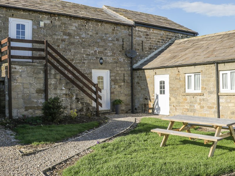THE HAYLOFT, stone-built barn conversion, pet-friendly, off road parking, walks, Ferienwohnung in Newton le Willows