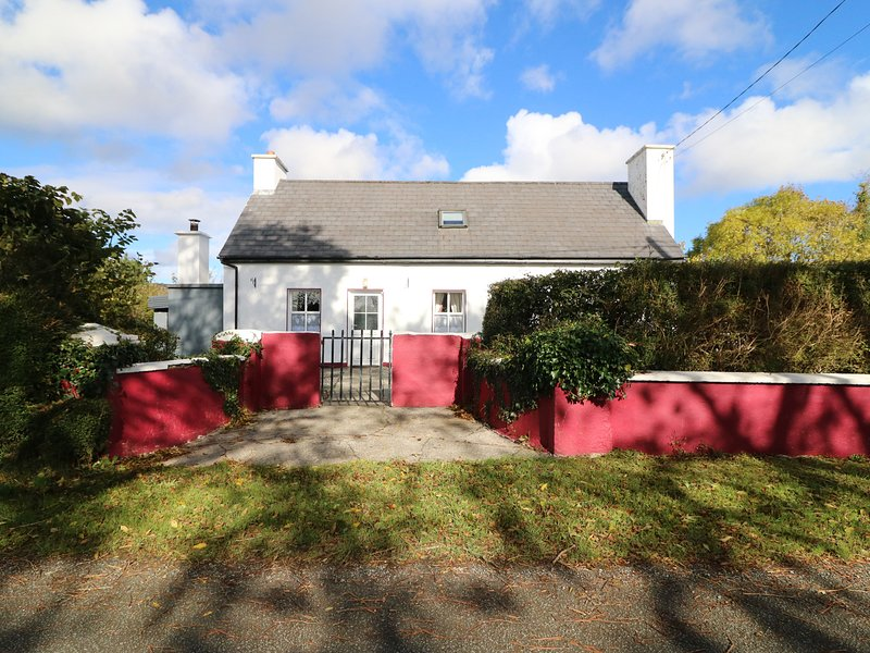 JULIE'S COTTAGE detached, WiFi, dog-friendly, good touring location in, holiday rental in Farranfore