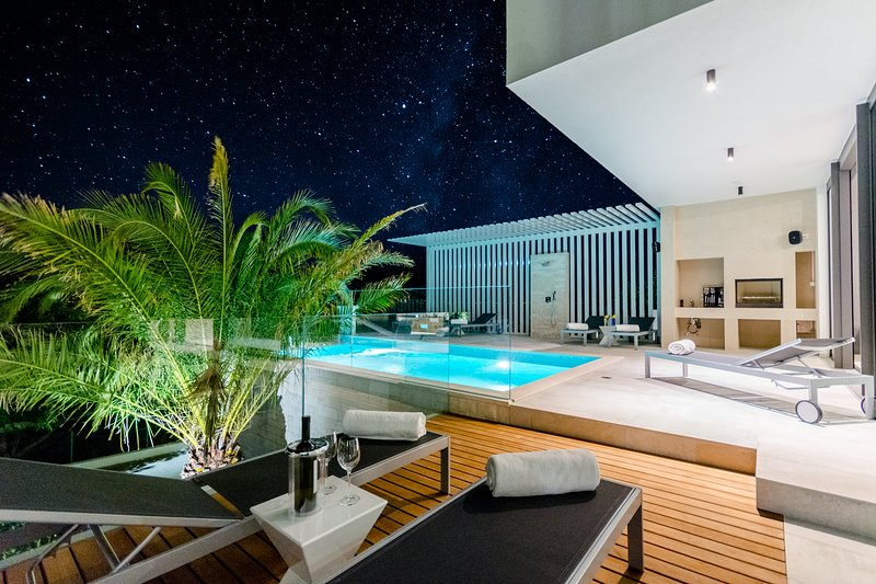 Luxury 'Villa Pax' with heated infinity pool, 8 sleeps, holiday rental in Sutivan