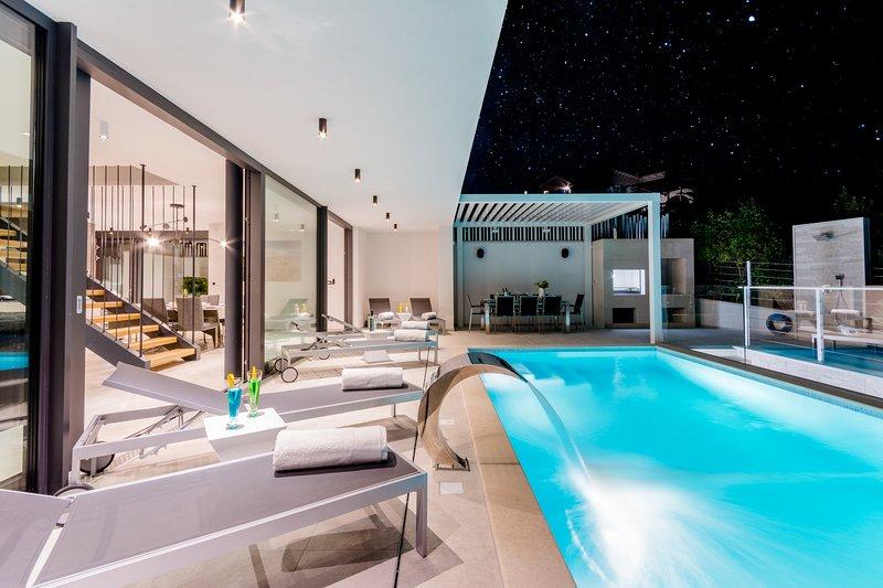 Luxury 'Villa Vitae' with heated infinity pool, 8 sleeps, vacation rental in Sutivan