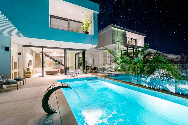 Luxury Villa-Complex 'Pax & Vitae' with heated infinity pool, 16 sleeps, vacation rental in Sutivan