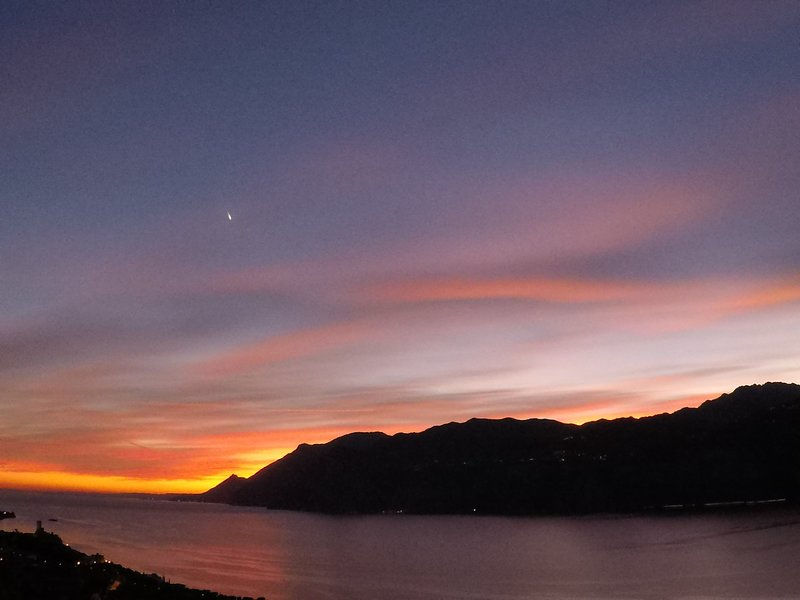 Zonsondergang in oktober vanaf ons balkon