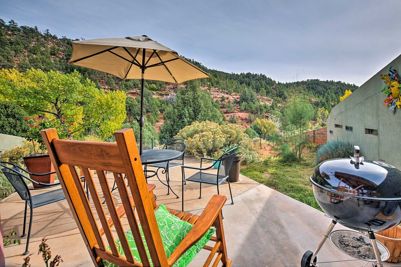 Disfrute del espacio del patio con una parrilla de carbón y excelentes vistas.
