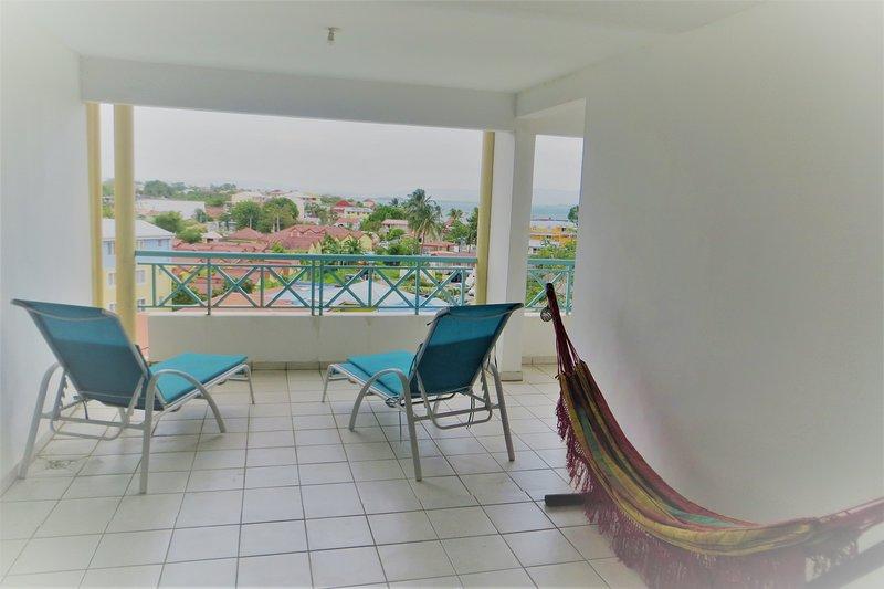 La gran terraza de relajación con vistas panorámicas al mar.